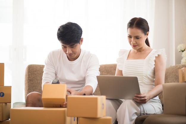 Coppia felice a casa ufficio con business online, vendita online e lavoro freelance Foto Gratuite