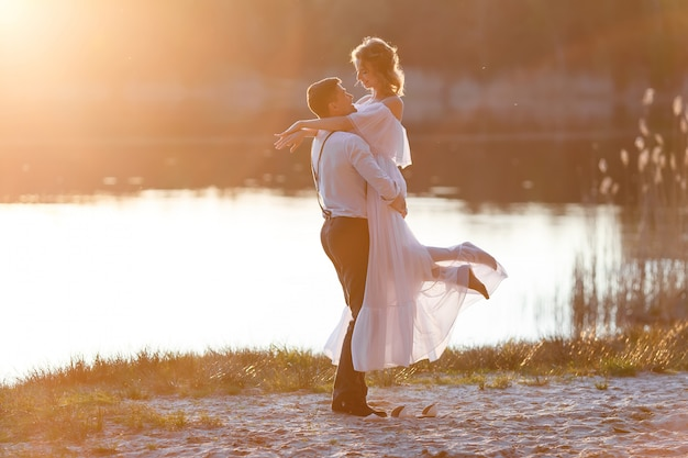 Coppia felice al tramonto Foto Premium