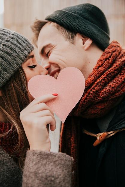Coppia felice baci sulla strada   Foto Gratis