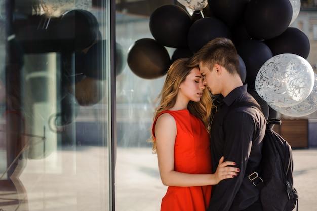 Coppia felice in amore con palloncini neri Foto Premium