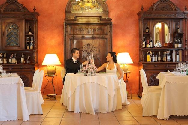 Coppia felice per il loro matrimonio Foto Premium