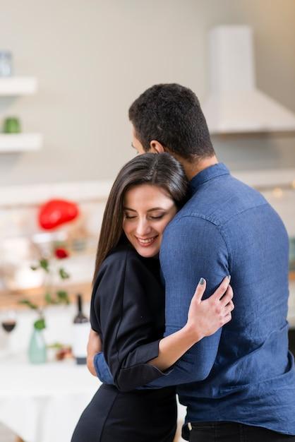 Coppia festeggia san valentino insieme Foto Gratuite