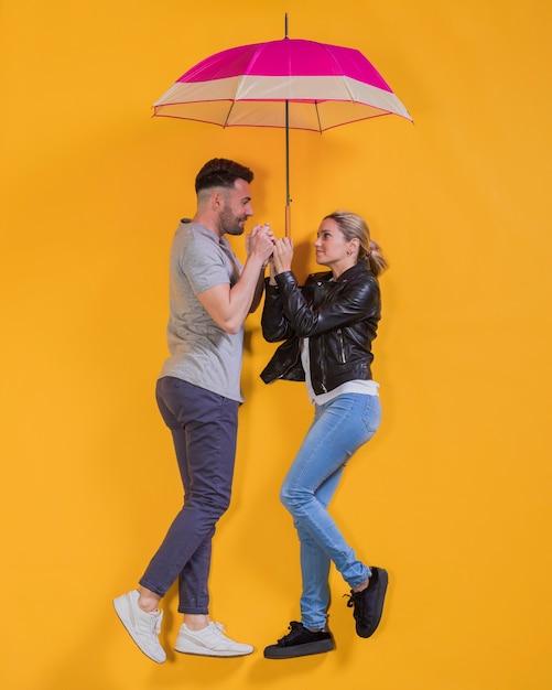 Coppia, galleggiante, ombrello Foto Gratuite