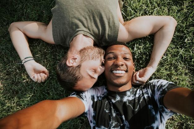 Coppia gay rilassante nell'erba Foto Premium