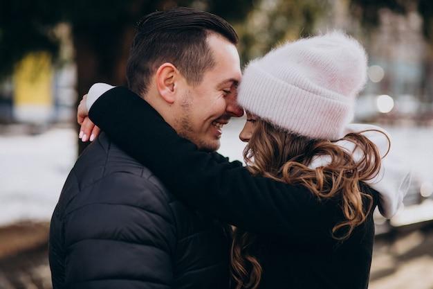 Coppia giovane insieme in una strada invernale in un giorno di san valentino Foto Gratuite