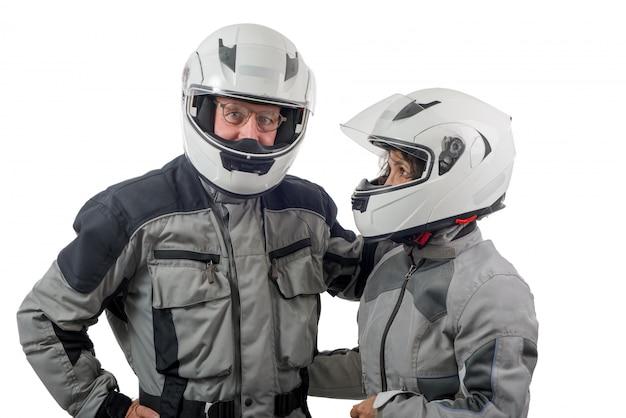 Coppia i cavalieri senior con il casco isolato sui precedenti bianchi Foto Premium