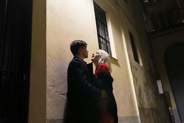 Coppia il giorno di san valentino fuori Foto Gratuite
