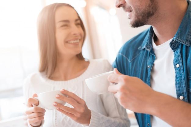 Coppia in amore beve tè romantico appuntamento in cafe. Foto Premium