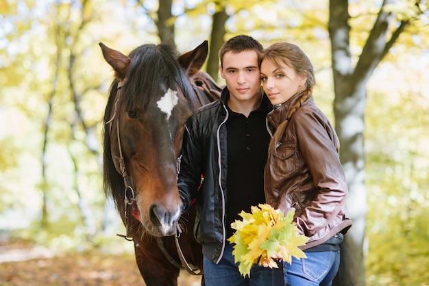 Coppia in amore, equitazione, tenerezza, foresta Foto Premium