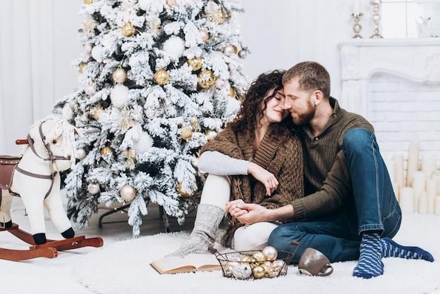 Regali Di Natale Per Coppia.Coppia In Amore Seduto Su Un Pavimento Del Salotto Lo Scambio Di
