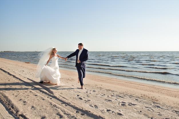 Coppia in amore sulla spiaggia il giorno delle nozze Foto Premium
