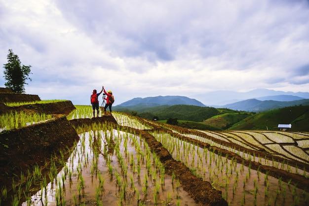 Coppia in campo di riso Foto Premium