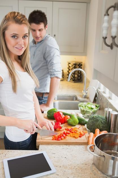 Coppia in cucina con computer tablet Foto Premium