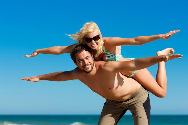 Coppia in estate in spiaggia Foto Premium