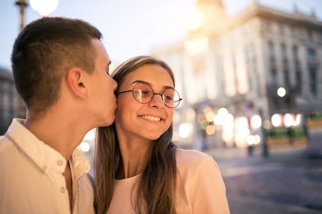Coppia in luna di miele a milano Foto Gratuite