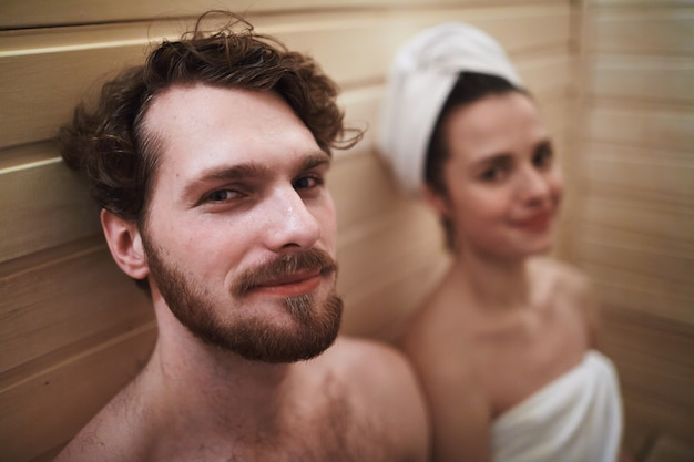 Coppia in sauna Foto Gratuite