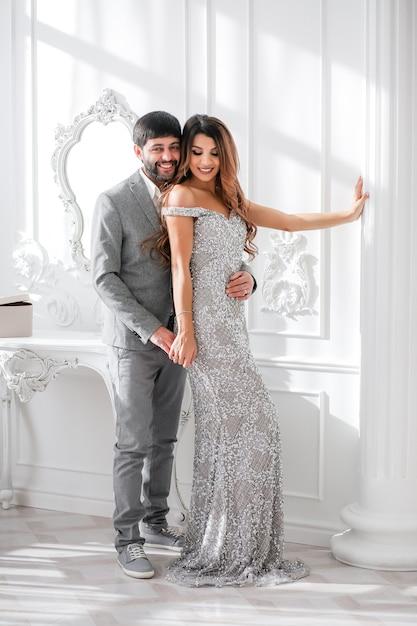 Coppia innamorata festeggia il nuovo anno in interni Foto Premium
