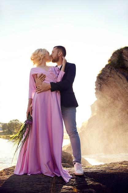 Coppia innamorata si trova negli spruzzi d'acqua Foto Premium