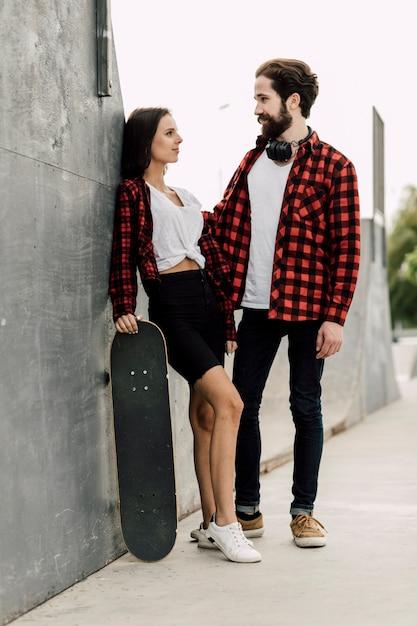 Coppia insieme allo skate park Foto Gratuite