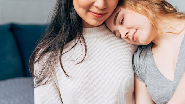 Coppia lesbica che abbraccia teneramente Foto Gratuite