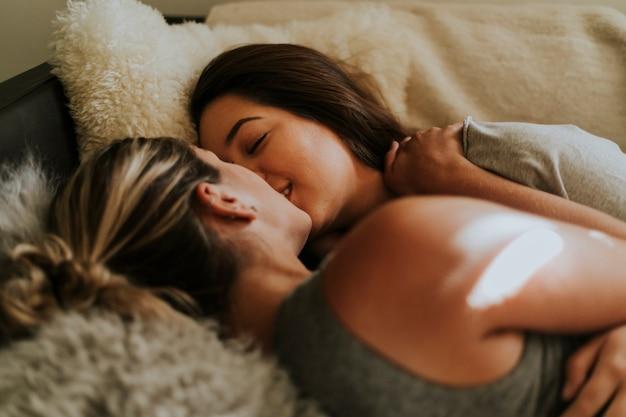 nero lesbiche su letto ebano porno escorts