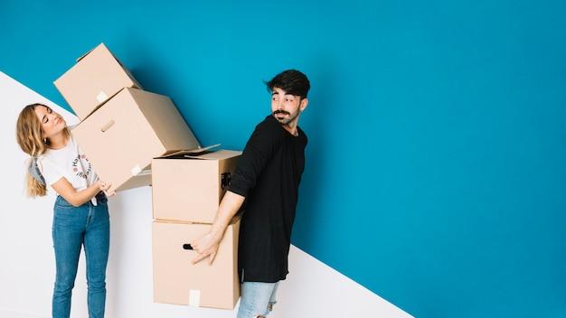 Coppia moderna che si trasferisce in appartamento nuovo Foto Gratuite