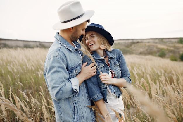 Coppia molto bella in un campo di grano Foto Gratuite