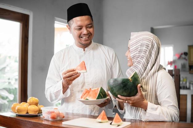 Coppia musulmana che rompe il digiuno insieme Foto Premium