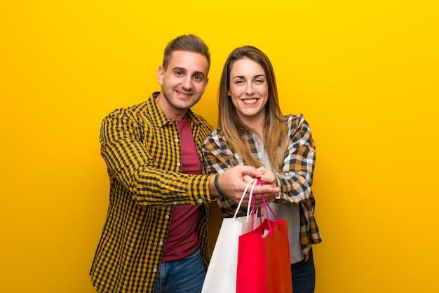 Coppia nel giorno di san valentino in possesso di un sacco di borse per la spesa Foto Premium