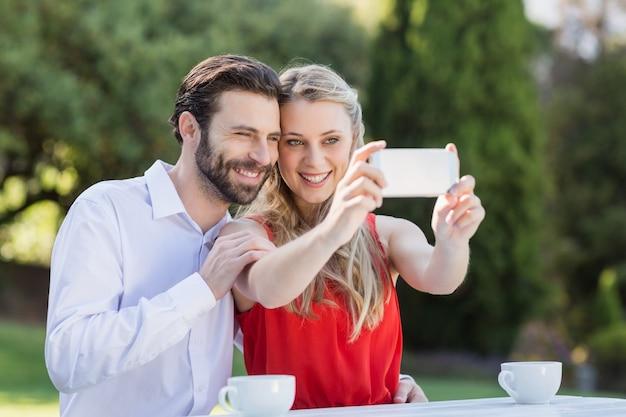 Coppia prendendo un selfie sul cellulare Foto Premium