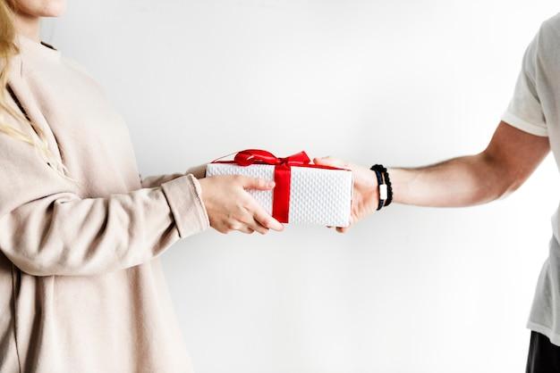 Coppia riceve e dà un regalo Foto Premium