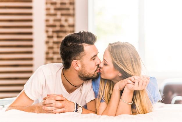 Coppia romantica baci sul letto scaricare foto gratis - Problemi di coppia a letto ...