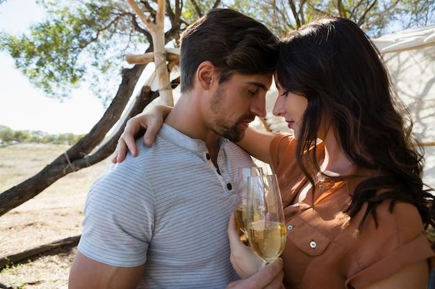 Coppia romantica con champagne Foto Gratuite