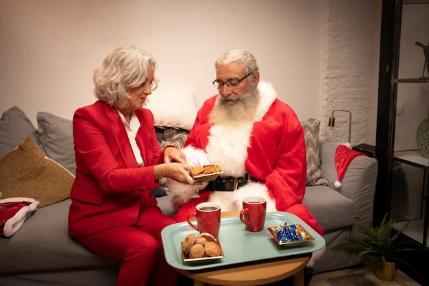 Coppia senior con biscotti Foto Gratuite