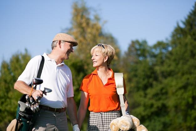 Coppia senior giocando a golf Foto Premium