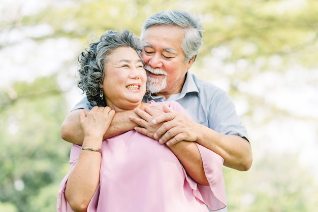 Coppia senior in amore ridendo e sorridendo Foto Premium