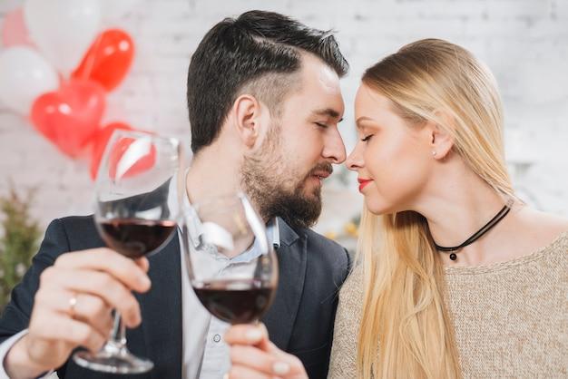 Coppia sensuale tintinnante con vino Foto Gratuite