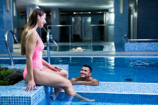 Coppia sorridente a bordo piscina Foto Premium