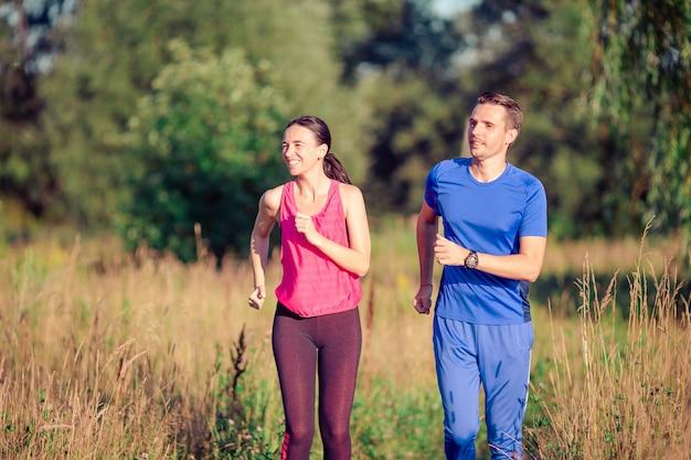 Coppia sportiva attiva in esecuzione nel parco. salute e fitness. Foto Premium