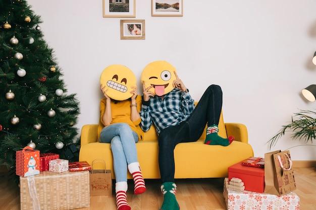 Coppia sul divano con emoticon scaricare foto gratis - Coppia di amatori che scopano sul divano ...