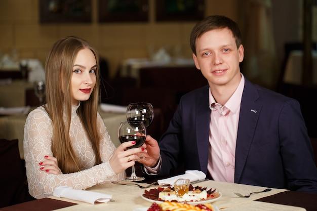 Coppia tostatura bicchieri di vino in un ristorante di lusso. Foto Premium