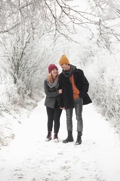 Coppia trascorrere del tempo insieme e passeggiate nella neve Foto Gratuite