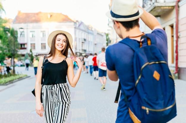 Coppia turistica fotografare in città Foto Gratuite