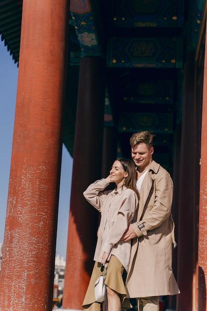 Coppie adorabili che esplorano le attrazioni turistiche a pechino cina Foto Gratuite