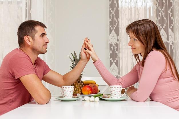 Coppie adorabili che prendono insieme cena Foto Gratuite