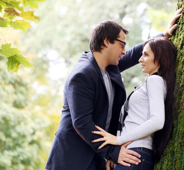 Coppie adulte che hanno una buona giornata in famiglia nel parco Foto Gratuite