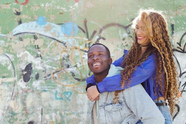 Coppie afroamericane davanti alla parete dei graffiti Foto Gratuite