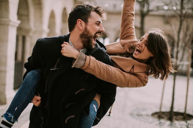 Coppie amorose che camminano e che si divertono a budapest, ungheria Foto Premium
