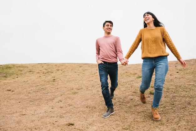 Coppie amorose felici che camminano in natura Foto Gratuite