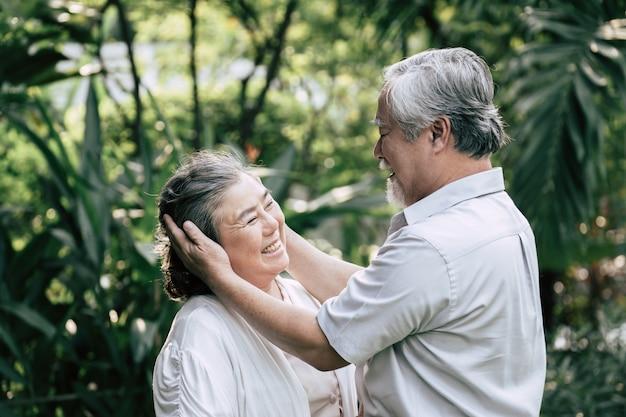 Coppie anziane che ballano insieme Foto Gratuite